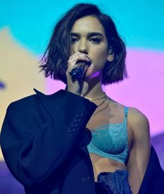 Dua Lipa The post Dua Lipa appeared first on Peinados. Blunt Bob Hairstyles, Wig Hairstyles, Haircuts, Wedding Hairstyles, Hair Inspo, Hair Inspiration, Short Hair Cuts, Short Hair Styles, Short Hair Girls