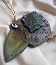 Ptáček modráček Keramický veselý ptáček k zavěšení - dárek, dekorace Rozměr tělíčka je 9 x17 cm, délka včetně nožek je 21 cm