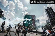Foto de @andresavellanedaz Si las autoridades cumplieran con su rol  caminarían a un lado  resguardando el derecho de todos #ccs #caracas #caracascamina  ESTUDIANTES PROFESORES RECTORES DE TODA VENEZUELA:  Esta foto hoy 26 de abril la tomé yo Andres Avellaneda Venezolano y nacido en CARACAS. No me gusta tragar gas no me gusta estar al frente del piquete no me gusta que me ardan los ojos y la piel no me gusta ver a mi mama llorando porque sali a la calle pero ESOS DE AHÍ somos mis panas de la…