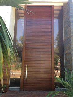 Porta pivotante de Lambril de Imbuia, pintura de verniz P.U acetinado (Sayerlack) - Ecoville Portas Especiais