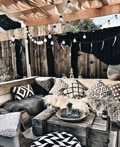 Rustic boho home accessories are cute and cozy. Art, plants and little home deco. Outdoor Balcony, Outdoor Spaces, Outdoor Living, Balcony Garden, Corner Garden, Garden Deco, Garden Path, Shade Garden, Balcony Design