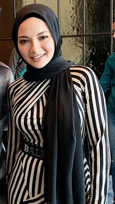 Arab Girls Hijab, Muslim Girls, Beautiful Muslim Women, Beautiful Hijab, Hijabi Girl, Girl Hijab, Girls Group Names, Iranian Women Fashion, Muslim Beauty
