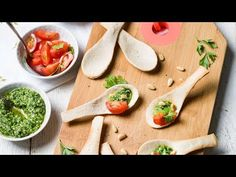 1 pain blanc coupé, huile d'olive Boni Selection, tomates cerise, 75 gr roquette, 2 c. à soupe persil, 2 c. à soupe de pignons de pin Spar Tasty, basilic frais en pot, 1 gousse d' ail, 2 c. à soupe parmesan râpé, 1 citron