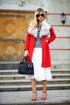 Complementa looks clásicos con algo de color, agrega zapatos que contrasten y voilà.