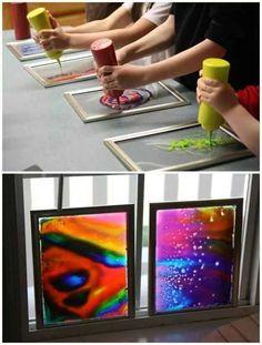 Hacer arte para las ventanas con pegamento y colorante de alimentos o temperas