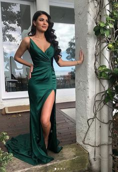 EDITORS NOTES:The Portia and Scarlett Hugo formal gown in emerald green is a show-stopping special occasion dress. Crafted with rich, silky satin, this long, glamorous ev Green Formal Dresses, Formal Gowns, Short Dresses, Fall Dresses, Green Evening Gowns, Evening Dresses, Simple Evening Gown, Elegant Evening Jumpsuits, Emerald Green Dresses