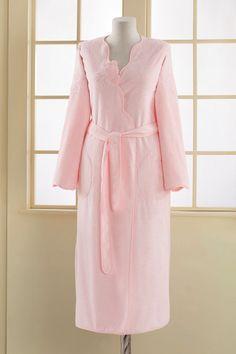 Damski długi frotte szlafrok MELIS z eleganckim różanym haftem ucieszy każdą kobietę, która się czuje dobrze w miękkich i lekkich szlafrokach.