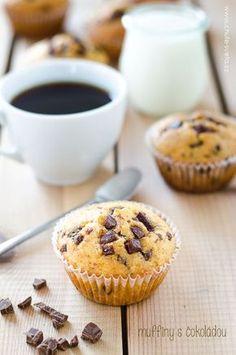 Upřímně, ani nevím, co bych měla napsat. Tyto muffiny jsou prostě bomba. Tečka. Uvědomila jsem si, že jsem nikdy předtím klasické muffiny skousky čokolády nedělala. Pekla jsem čokoládové sčokoládou (na receptu ale musím ještě trochu pracovat, zatím nedopadly tak, abych Cap Cake, Muffins, Food And Drink, Birthday Cake, Cookies, Breakfast, Sweet, Recipes, Cake Ideas
