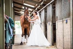 Bruid met haar paard op de manage