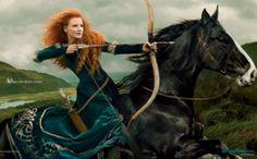 Arco en mano, melena al viento y a lomos de su caballo. Así posa la actriz Jessica Chastain como la princesa Mérida ('Brave')