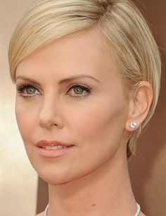 Charlize Theron - The Oscars Best Red Carpet Beauty Charliez Theron, Jennifer Garner, Charlize Theron Oscars, My New Haircut, Celebrity Makeup Looks, Oscars 2014, Hollywood Red Carpet, Red Carpet Hair, Atomic Blonde