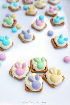 These bunny snacks are perfect Easter treats! They are quick to make with your kids and the perfect combo of sweet and salty! Easter treats How to make easy Easter bunny snacks with pretzels Easter Deserts, Easter Snacks, Easter Appetizers, Easter Candy, Easter Treats, Easter Recipes, Easter Food, Hoppy Easter, Easter Dinner
