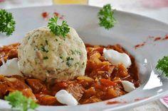 Szegediner Gulasch oder auch Krautgulasch oder Krautfleisch ist ein Gulasch mit Sauerkraut und Sauerrahm.