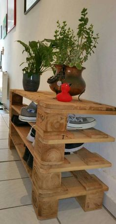 Pallet Projects Beautiful shoe rack made of pallet wood Picture is a pattern The woods are . Shoe Rack Vintage, Pallet Projects, Craft Projects, Wood Shoe Rack, Shabby, Thrift Store Crafts, Wood Pallets, Pallet Wood, Article Design