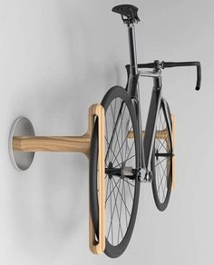 Beautiful bike rack, by industrial designer your woodworking projects to us and we are necessarily going to post them**.👊 Discover How to launch your own woodworking Busi Rack Velo, Bicycle Rack, Garage Velo, Wall Mount Bike Rack, Bike Mount, Bike Shelf, Bike Wall Storage, Bicycle Storage Garage
