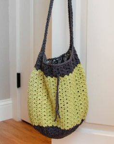 Free Crochet Pattern: Summer Crochet Bag. http://www.petalstopicots.com/2015/06/summer-crochet-bag-pattern/