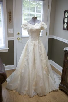 Anniversary Decoration Idea - Display the original wedding dress on a mannequin for the party! 50th Anniversary Decorations, 50 Wedding Anniversary Gifts, Anniversary Dress, Anniversary Favors, Golden Anniversary, Second Anniversary, Parents Anniversary, Anniversary Pictures, Wedding Dress Display
