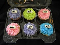 cupcakelovers: Fuzzy monster cupcakes (via Giggy's Cakes and Sweets) ooh I want to try that with the frosting sometime. Can you imagine if there really were little cupcake creatures hopping arou(Baking Sale Ideas) Monster Cupcakes, Monster Party, Cute Cupcakes, Cupcake Cookies, Halloween Cupcakes, Halloween Treats, Bake Sale, Cake Creations, Creative Cakes