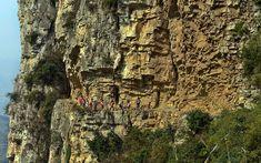 Un viaje de 5 horas por la montaña en un camino de 30 cm que conduce a la escuela más remota del mundo en Gulu, China