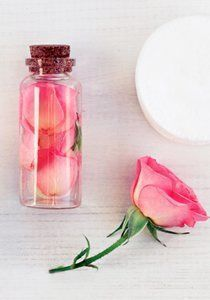 Doing rose water yourself is a wonderful idea. The facial toner with . - Doing rose water yourself is a wonderful idea. The facial toner with a charming rose scent not only refreshes the skin, but also nourishes the hair. Beauty Care, Diy Beauty, Deodorant, The Body Shop, Making Rose Water, Parfum Rose, Homemade Soap Recipes, Body Makeup, Facial Toner