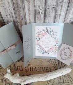 Προσκλητήριο γάμου ασημί, διπλωμένο τρίπτυχο με σχέδιο λουλούδια από υδατοχρώματα σε διαστάσεις 21×16 εκ. κλειστό και 35×21 εκ. ανοιχτό. Το εξωτερικό χαρτί είναι platinum 230gr και το εσωτερικό ανάγλυφο λευκό 280gr.  #gamos #γάμος#γαμος#craft#prosklitirio#προσκλητήριο#οικολογικοχαρτι#πρόσκληση#προσκλητηριογαμου#prosklitiriogamou Place Cards, Place Card Holders