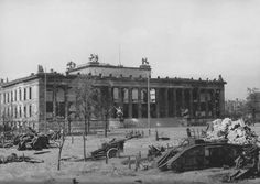 Badly damaged Altes Museum (Old Museum) on Museum Island in Berlin, 1945 Ww1 Tanks, Museum Island, World Conflicts, Kaiser Wilhelm, Diorama, Berlin Germany, Military History, World War Two, Historical Photos