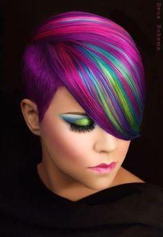 Explosion des couleurs : impréssionnant Photoshop Or photoshop Not ? Coiffure : Erica Hardy-Knoop C'est le problème avec ce type de colorations qui sont tellement superbes qu on se demande s'il n'y a pas eu de la retouche photo derrière... Vous en pensez quoi les filles ?