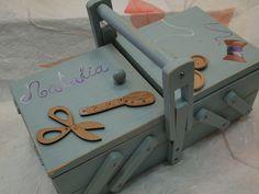 Costurero pintado con Chalk Paint. Pintada a mano alzada y con aplicaciones de madera. www.manosycolores.es