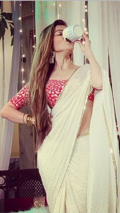 Dress Indian Style, Indian Dresses, Latest Saree Trends, Saree Wearing, Modern Saree, Saree Blouse Neck Designs, Saree Models, Stylish Sarees, Saree Look