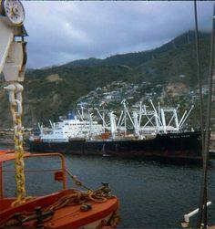 Antiguo buque de carga, en los muelles del puerto de La Guaira. Año de 1972.