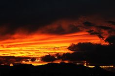 La forma rocosa de las montañas parece formar la silueta de un muerto acostado en esta imagen retratando un atardecer en el cerro del muerto, Aguascalientes. Foto: Andres Vancook