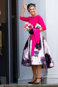 Queen Maxima completed her look by matching a clutch bag with her skirt and wearing subtle silver accessories Dutch Princess, Prince And Princess, Skirt Fashion, Fashion Dresses, Stilettos, Queen Maxima, Royal Fashion, Pretty Outfits, My Outfit