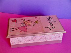 ¿Te gustan las cajas pintadas a mano? ¿Qué te parece esta?