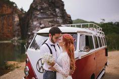 O pré wedding de hoje é realmente arrasador, composta de paisagem e looks bem intensos e temáticos em clima de românce a moda antiga. Lindo! Se você ama essa pegada mais vintage/retrô, certamente vai suspirar…