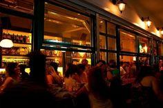 Είναι ένα από τα πιο επιτυχημένα μπαρ της Αθήνας και όχι άδικα. Ο ρετρό διακοσμημένα χώρος, η μουσική τζαζ, μπλουζ και φανκ αλλά και τα κοκτέιλ συμβάλ...