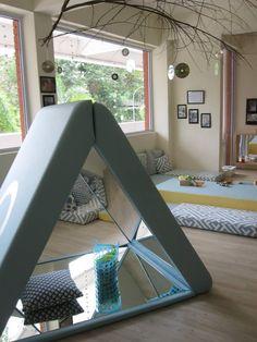 Infant and Toddler Atelier ≈≈ http://www.pinterest.com/kinderooacademy/provocations-inspiring-classrooms/ SÍMBOLO SATÂNICO - Piramidal