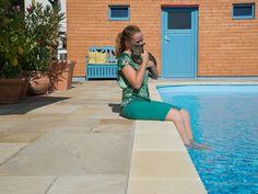 Die Pool-Einfassung harmoniert mit den Sandsteinplatten Yellow Mint – jonastone.de