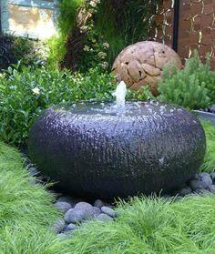 fontaine de jardin en pierre noire et boule déco dans le jardin Feng Shui