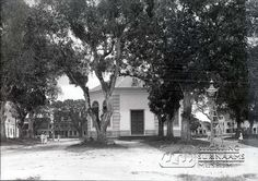 Achteringang Hervormde kerk op het Kerkplein.  Datum: ca. 1920 Locatie: Paramaribo, Suriname Vervaardiger: Augusta Curiel Inv. Nr.:  gn-27-275 Fotoarchief Stichting Surinaams Museum