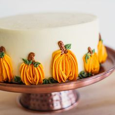 12 Beautiful Buttercream Pumpkin Cakes - Find Your Cake Inspiration - - Need buttercream pumpkin cake ideas for your Thanksgiving dessert? Look no further than these cute piped pumpkins on Find Your Cake Inspiration! Cute Cakes, Pretty Cakes, Beautiful Cakes, Amazing Cakes, Halloween Torte, Dessert Original, Thanksgiving Cakes, Basic Cake, Fall Cakes