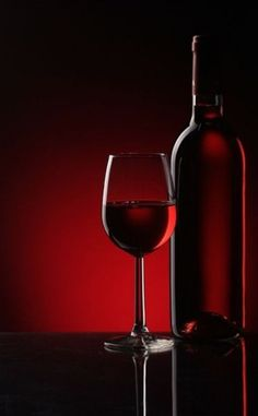 Glass Photography, Food Photography Tips, Dark Photography, Types Of Red Wine, Wine Glass, Glass Art, Wine News, Wine Guide, Wine Wednesday