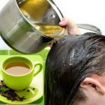 Hair rinse using green tea and lemon know ho to get rid of flaky dandruff with one single hair rinse.This is a natural home remedy for dandruff Green Tea For Hair, Natural Dandruff Remedy, Scalp Problems, Reduce Hair Fall, Green Tea Benefits, Les Rides, Regrow Hair, Hair Rinse, Prevent Hair Loss