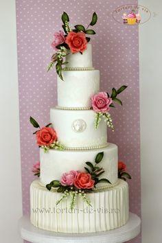 Tort nunta cu trandafiri si lacramioare