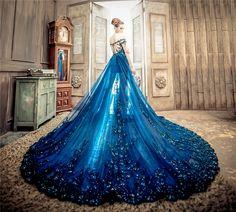 """Thiết kếcủaNo.9 Wedding sẽ giúp bạn một lần """"hóa thân"""" thành nữ hoàng biển cả. Màu xanh biển táo bạo kết hợp chân váy ngắn sẽ khiến bạn """"quyến rũ đến chết người"""".(Ảnh:Internet)"""