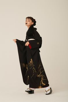 Those black furisode are so COOL, I am in love with the lightning one (seen on) Traditioneller Kimono, Kimono Outfit, Black Kimono, Kimono Fashion, Fashion Outfits, Fashion Fashion, Traditional Japanese Kimono, Traditional Fashion, Traditional Outfits