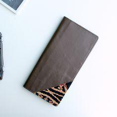 Material - Kulit Sapi Top Grain Grade A - Lapisan kain satin - Penjahitan menggunakan mesin - Kain tenun Batik Dayak  Design - 12 slot kartu - 3 slot uang - Ukuran 19cm x 9.5cm
