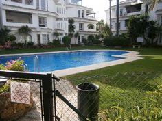 Planta baja en Nueva Andalucia. Piso, propiedad de banco, situado en urbanización privada con piscina y jardines comunitarios a sólo 5 minutos de Puerto Banús.