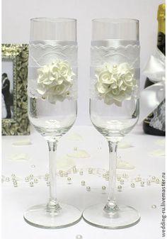 Свадебные бокалы `Изысканные розы` (2 шт.,). Изысканные свадебные бокалы для молодоженов. Выполнены с помощью белого кружева и нежных беленький цветочков. Так же имеются такие бокалы в сиреневом цвете.