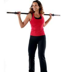 """LA TAILLE #3 - Les rotations de buste : Placez une barre ou un manche à balai sur vos épaules. Réalisez des rotations de bustes tout en contractant le ventre. """"Pendant l'exercice, pensez à bien rentrer votre ventre pour muscler davantage l'abdomen et affiner la taille"""", insiste le coach. Effectuez ces rotations pendant 1 à 2 minutes. Cet exercice peut se réaliser debout ou en position assise."""