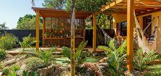 O tanque ornamental no terreno de 50 m² transformou o quintal desta casa em Campinas, SP, em um paraíso natural particular, ideal para o convívio dos moradores com animais e plantas de diferentes e…